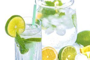 beneficios del aguan con limon